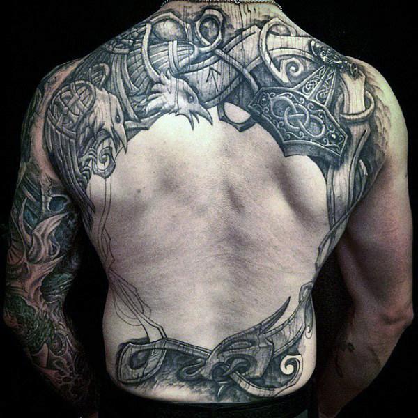 tatuaje cuervo espalda