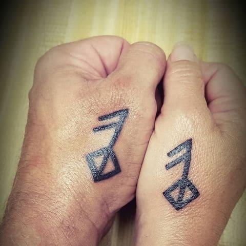 tatuaje la runa del amor