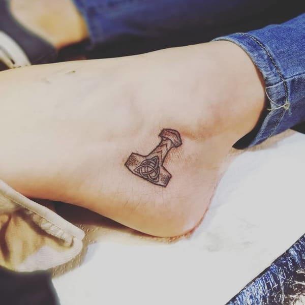 tatuajes tobilleras mjolnir